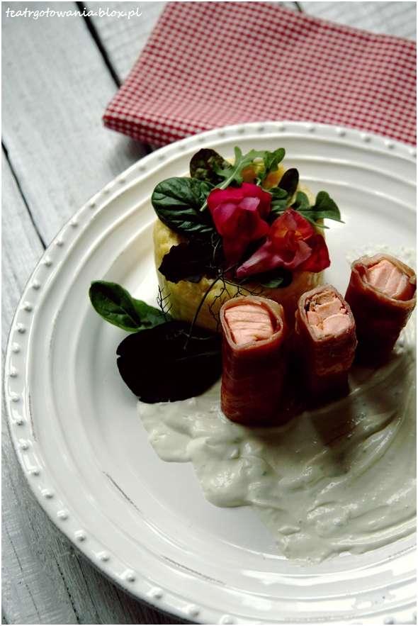 łososiowe canelloni, łosoś, szynka parmeńska, polenta