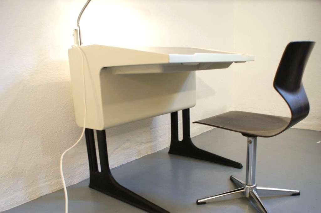 luigi colani fl totto schreibtisch mit lampe und stuhl. Black Bedroom Furniture Sets. Home Design Ideas