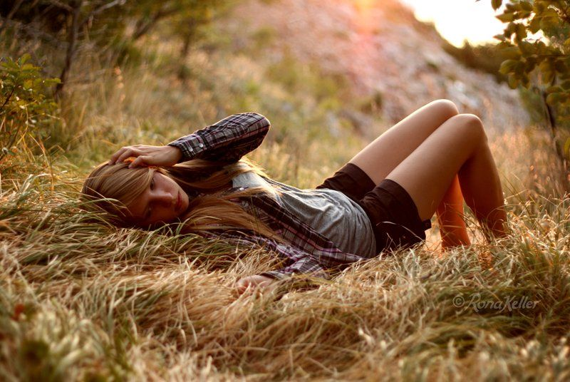 Foto Stock Chica Acostada En El Campo Imagenes